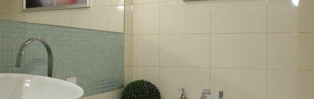 Aranżacja łazienki. Meble łazienkowe w sentymentalnym wnętrzu