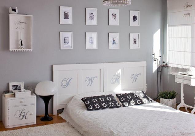 Jasny wystrój wnętrz: biała sypialnia. Łóżko do sypialni w koronkach